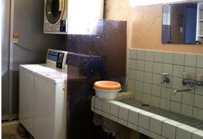 コインランドリー&洗面所の写真